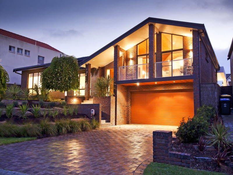 1 casa moderna de concreto exterior con balc n e for Fachada de casas modernas con balcon