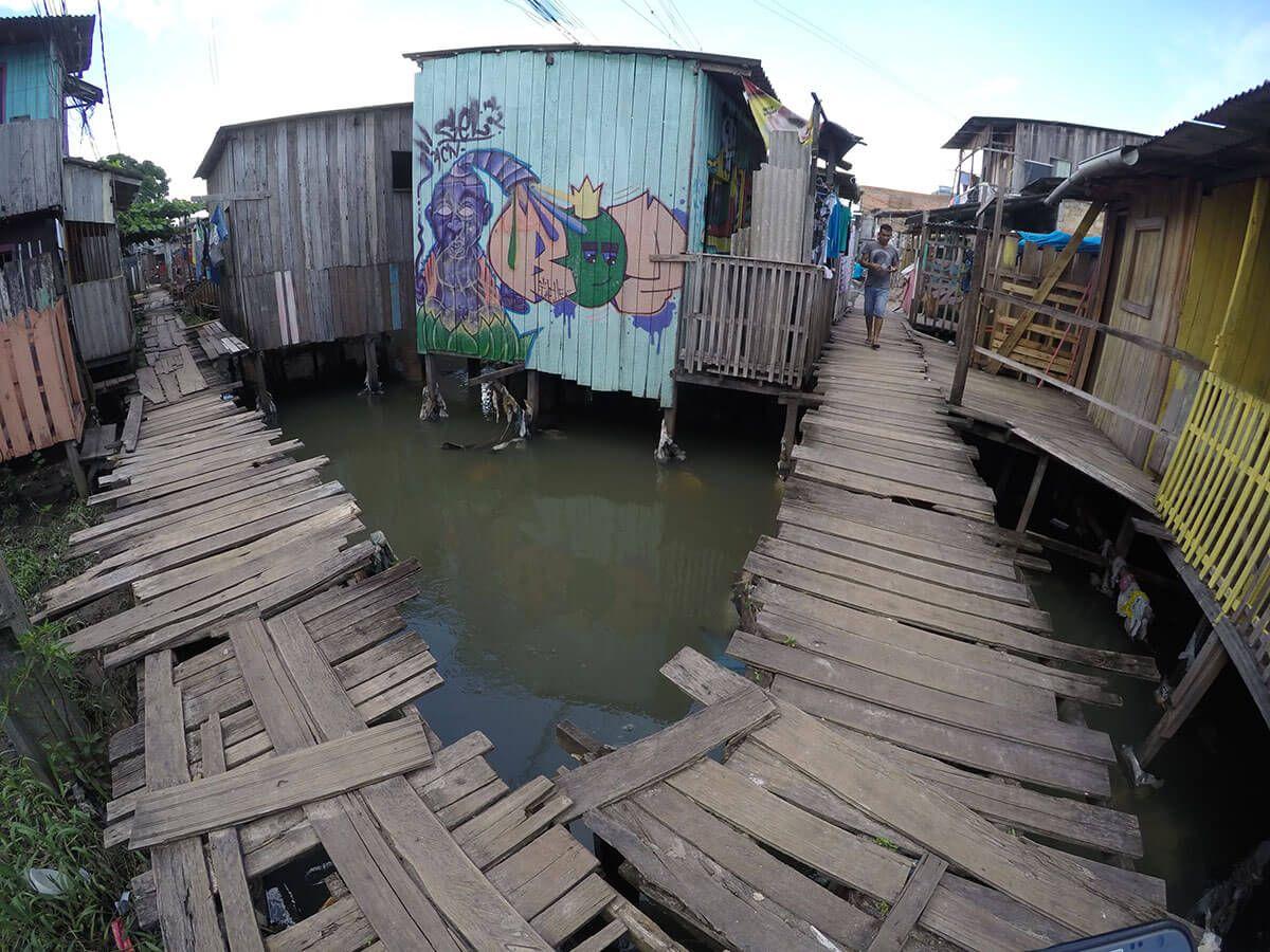 Grafite colore casas da Favela Tucunduba, na periferia de Belém. Dida Sampaio/AE