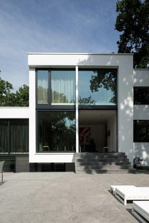 moderne woning, afrit, garage in kelder, gevelbepleistering