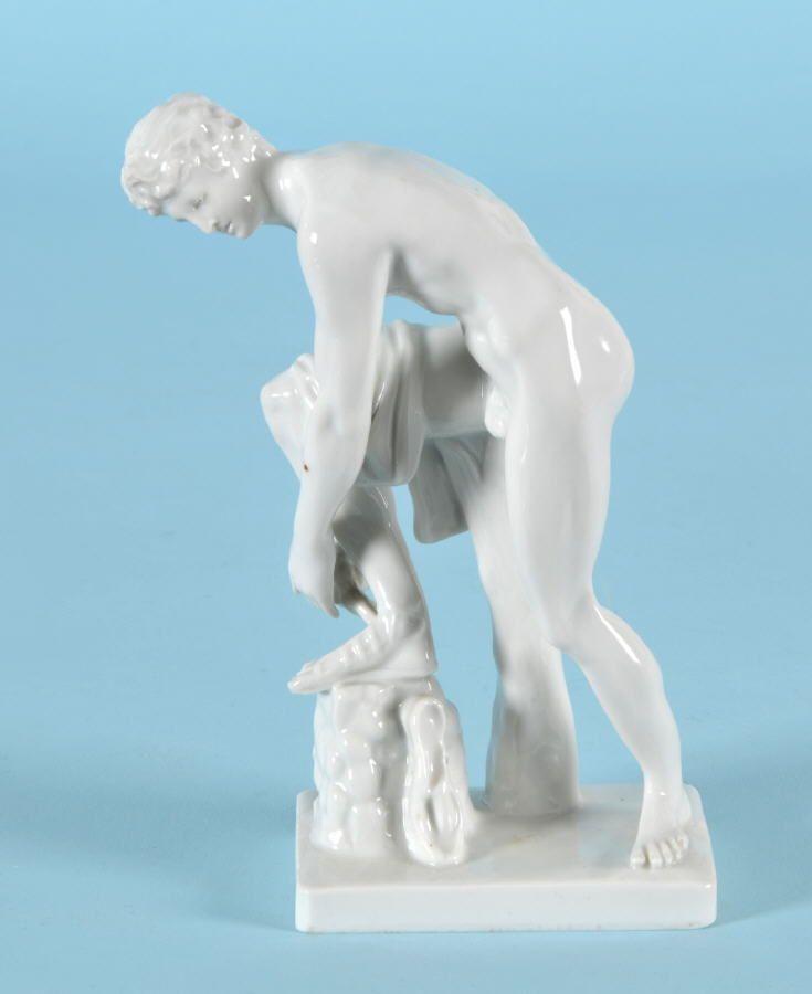 Figur - Antiker Athlet beim Schnüren seiner Sandalen \