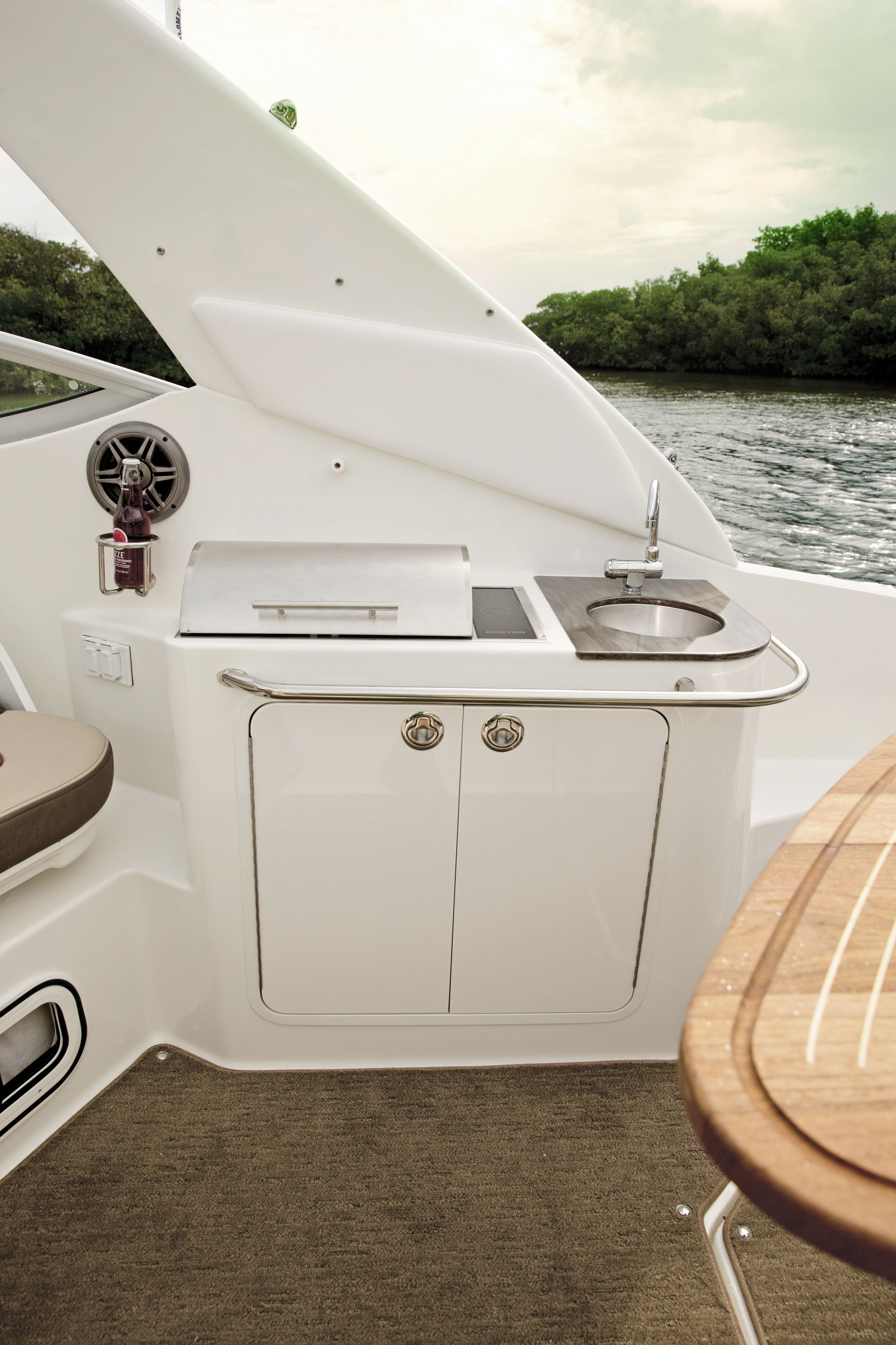 This Sea Ray 280 Sundancer Features The Floridian Built In Grill Perfect For Entertaining