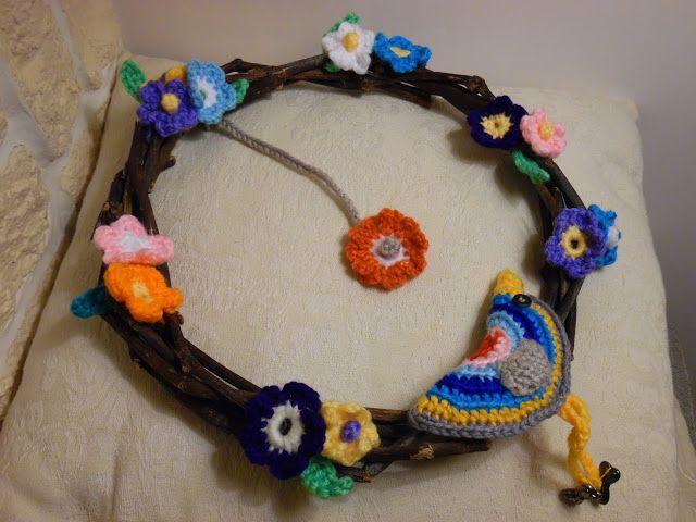 ilprofumodelcalicanto: Una ghirlanda con fiorellini di lana colorati!
