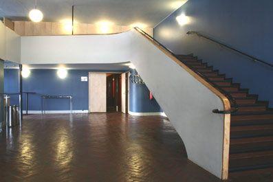 Kulttuuritalo Kiva. Arkkitehti Erik Bryggmanin suunnittelema talo, vanha elokuvateatteri joka on kunnostettu vuonna 2005. Kotisivu löytyy osoitteessa https://www.salo.fi/kiva