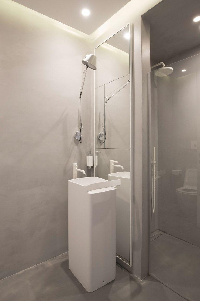 Badkamers voorbeelden » Kleine betonstuc badkamer met wit sanitair ...