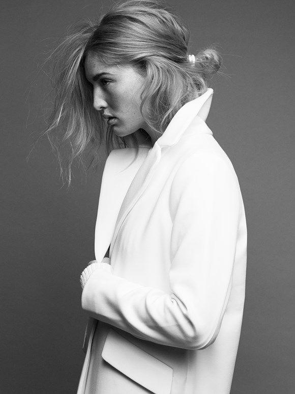 Hiukset, takki, luonnollisuus.