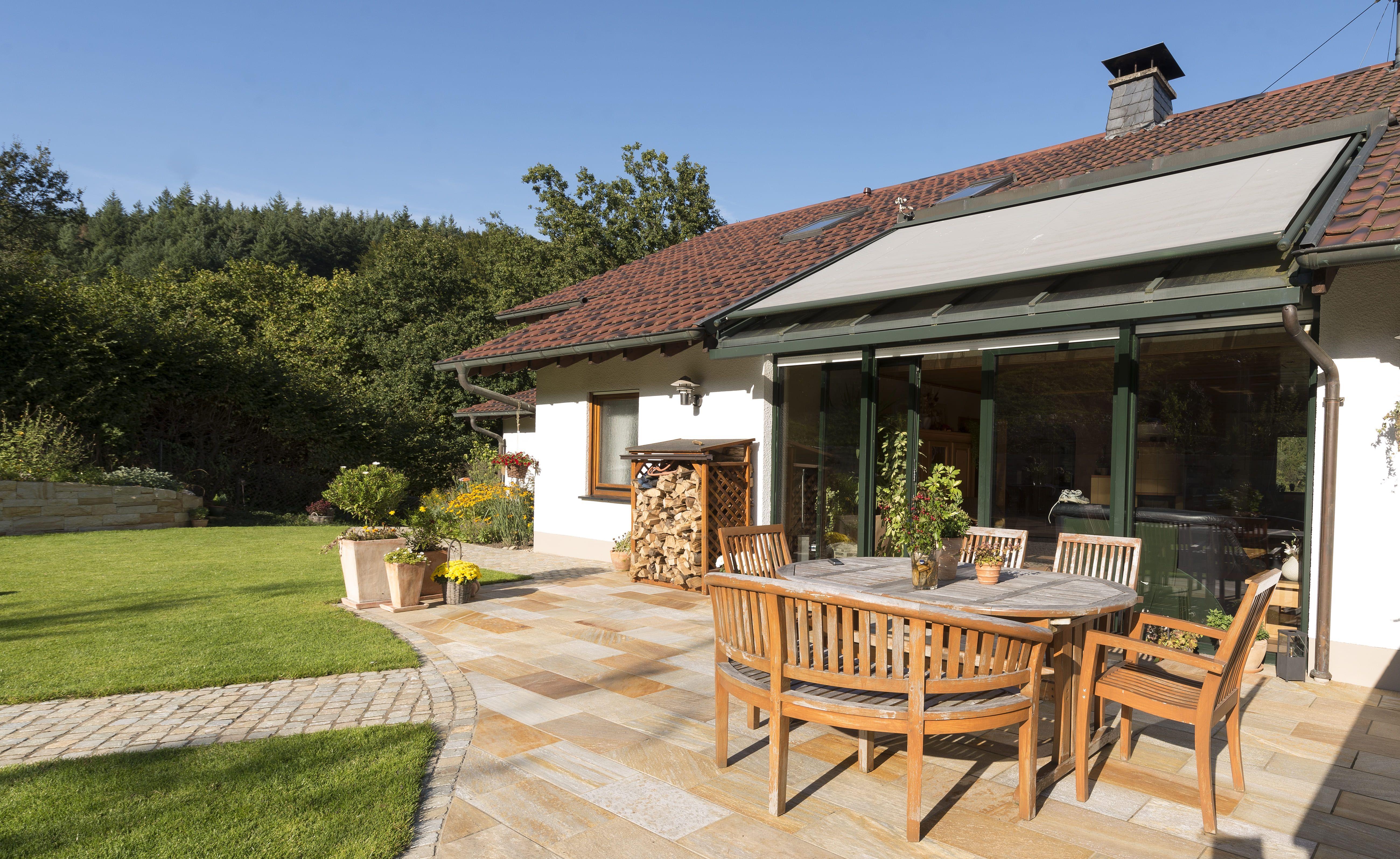 Terrassengestaltung mit kalksandsteinplatten von rheingr n for Bauhaus schwimmpool