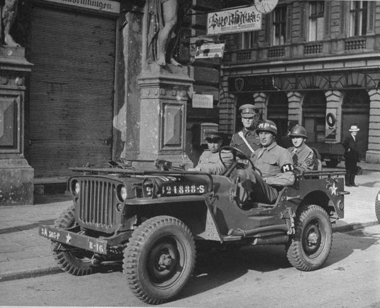 berlin 1945 jeep avec les 4 alli s jeepy pinterest seconde guerre mondiale guerre. Black Bedroom Furniture Sets. Home Design Ideas