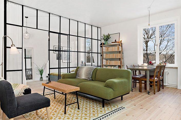 Boas ideias, por aqui, sempre serão compartilhadas, como este pequeno e lindo apartamento com uma divisória de vidro incrível que separa a sala do quarto,