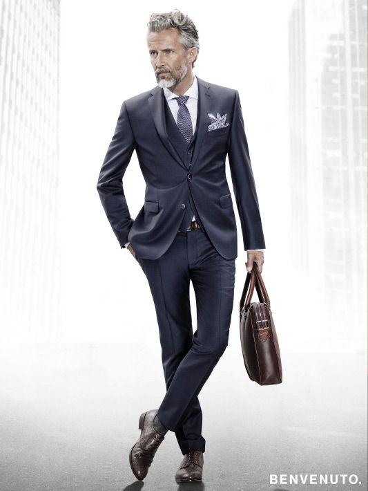 ein klassischer, schmal geschnittener anzug mit weste in edlem  ein klassischer, schmal geschnittener anzug mit weste in edlem nachtblau von benvenuto benvenuto herrenmode business anzug