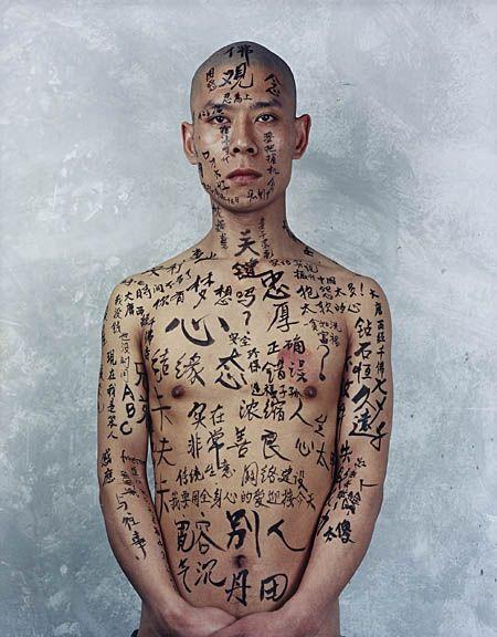 "art chinois contemporain : performance, body art, ""Beijing, China"", Zhang Huan, 1998, peinture sur peau, calligraphie"