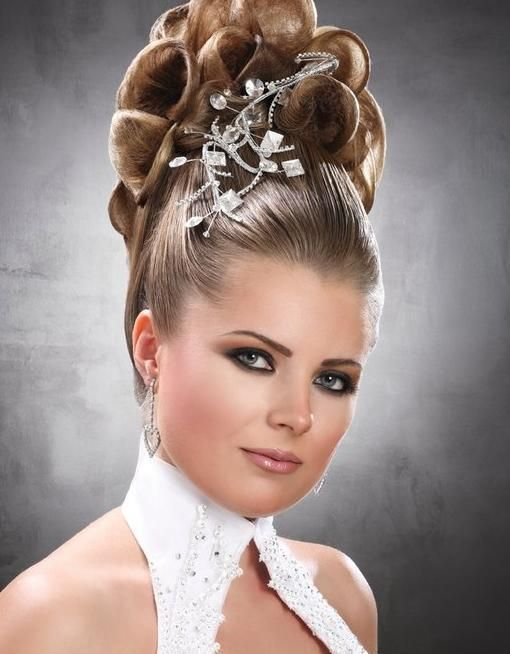 chignon choucroute avec accessoire | Groom hair styles, Hair styles, Gorgeous hair