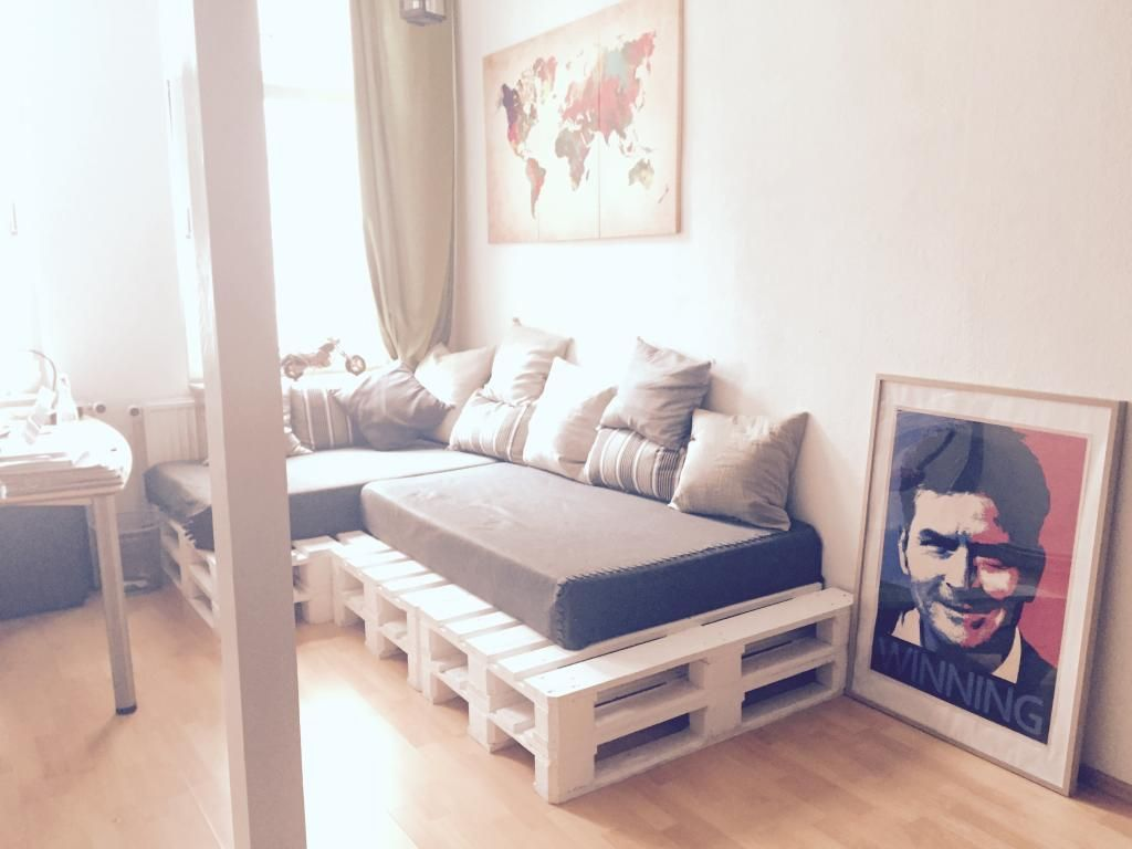 Gem tliches palettensofa aus wei gestrichenen for Europaletten sofa garten