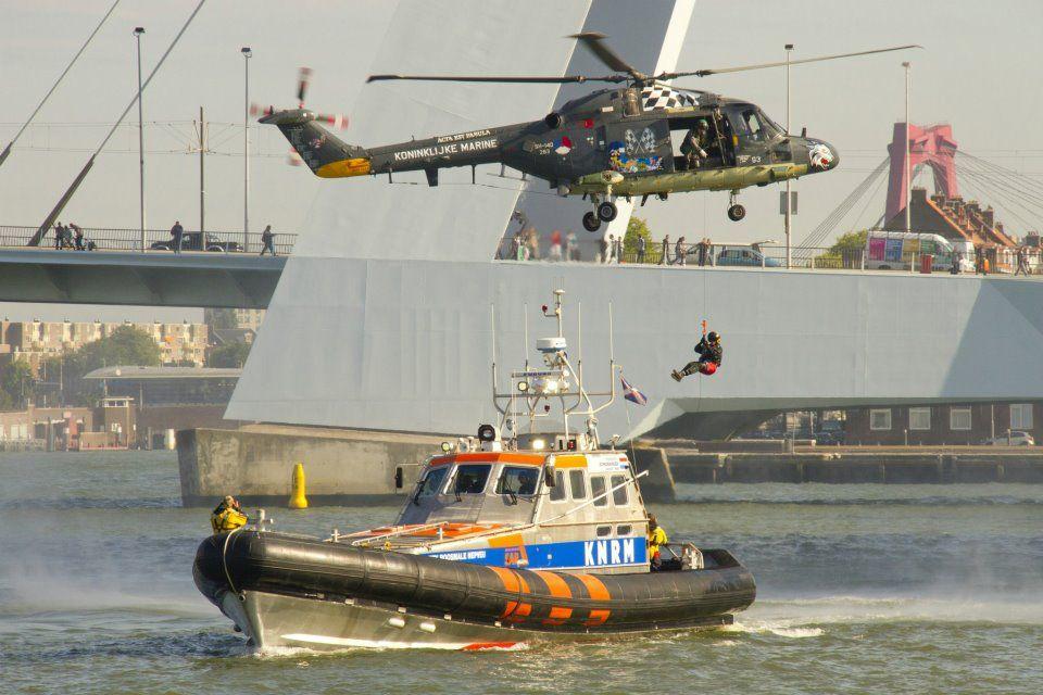 Koninklijke Marine  De Lynx voert een Search and Rescue uit. In de loop der jaren zijn er meer dan 1300 mensen gered door de Lynx. — in Rotterdam.