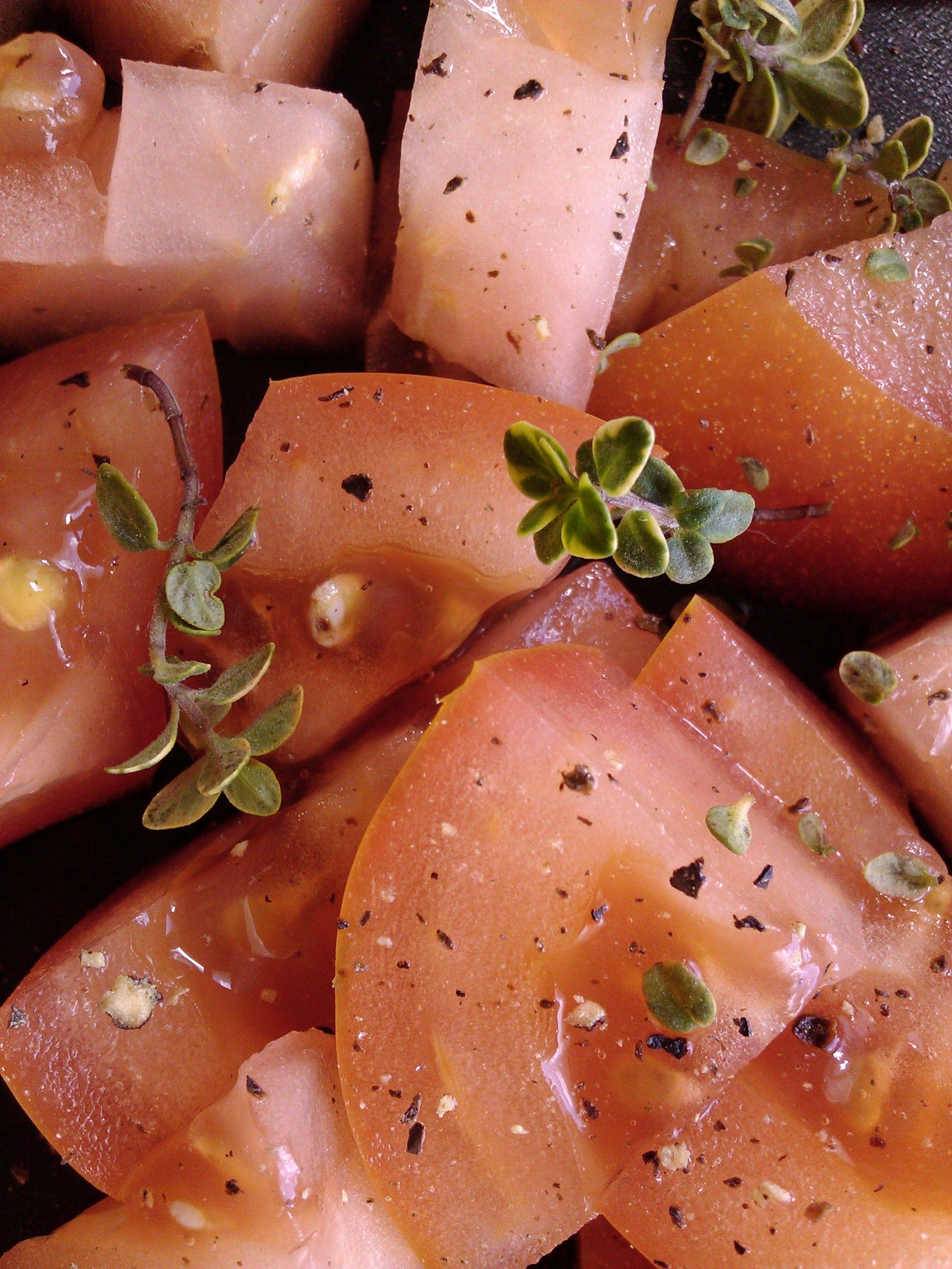 Trozos de tomate con tomillo limon y pimienta