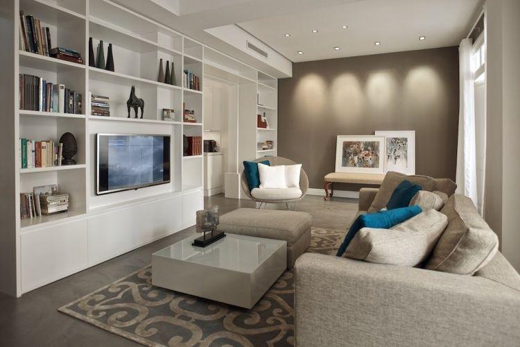 Wohnzimmer mit moderner Einrichtung in weiß und Taupe | Wohnzimmer ...