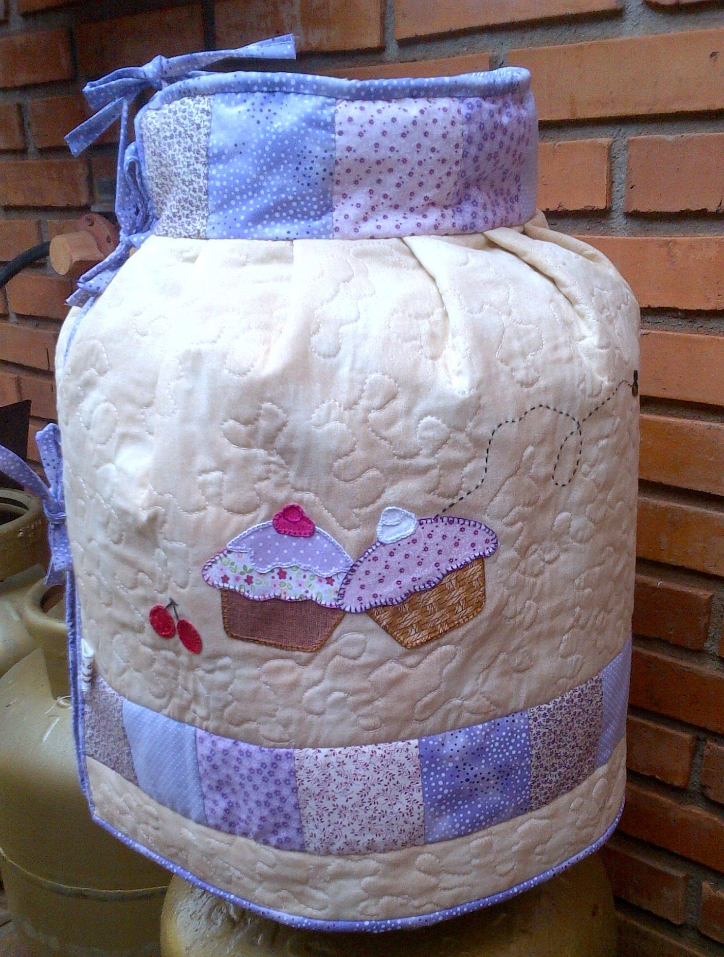 """Capa para Botijão de Gás em tecido de algodão, forrada e entremeada com manta acrílica, patchaplic """"cupcakes""""."""