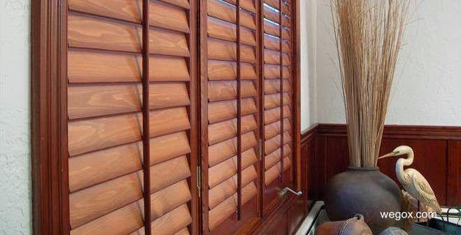Persianas modernas de madera para ventana instaladas por dentro