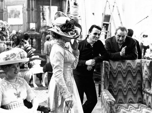 """El diseñador italiano Piero Tosi junto al director Luchino Visconti en el set de rodaje de """"Muerte en Venecia"""" (1971)"""