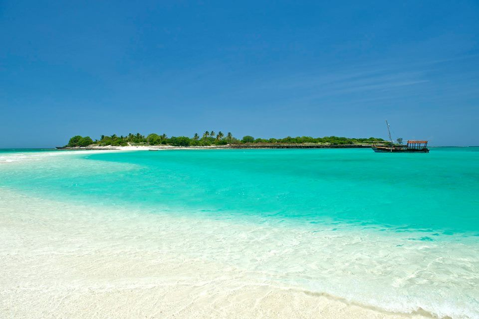 Ilhas MOÇAMBICANAS ...  Mogundula é uma pequena ilha que fica apenas a 4 kms da costa norte de Moçambique.  É um paraíso tropical desabitado, oferecendo um local distante da civilização para aqueles que querem fugir de tudo. Este pequeno paraíso dispõe de duas praias isoladas, um lago e belos recifes de coral.  Ele também é o lar de alguns dos ecossistemas mais intocados e inexplorados no Oceano Índico.