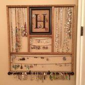 DIY Schmuck Organizer Rack. Hergestellt aus einem Bilderrahmen, Sackleinen und einem alten Tabakstock - Stylekleidung.com #bijouxbricolage