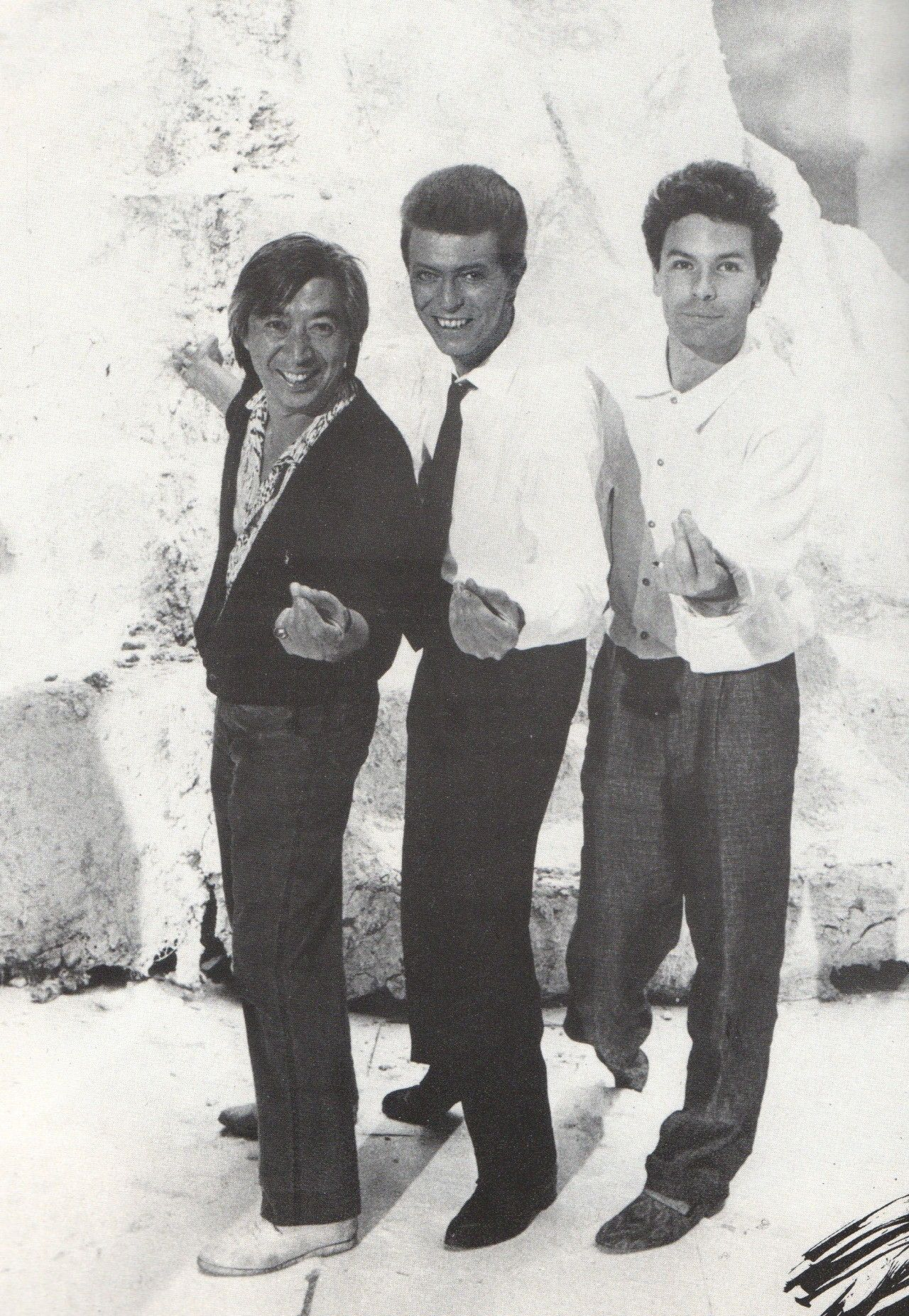 David Toguri, David Bowie & Julien Temple on the set of Absolute Beginners, 1986 | David bowie born, David bowie, Bowie