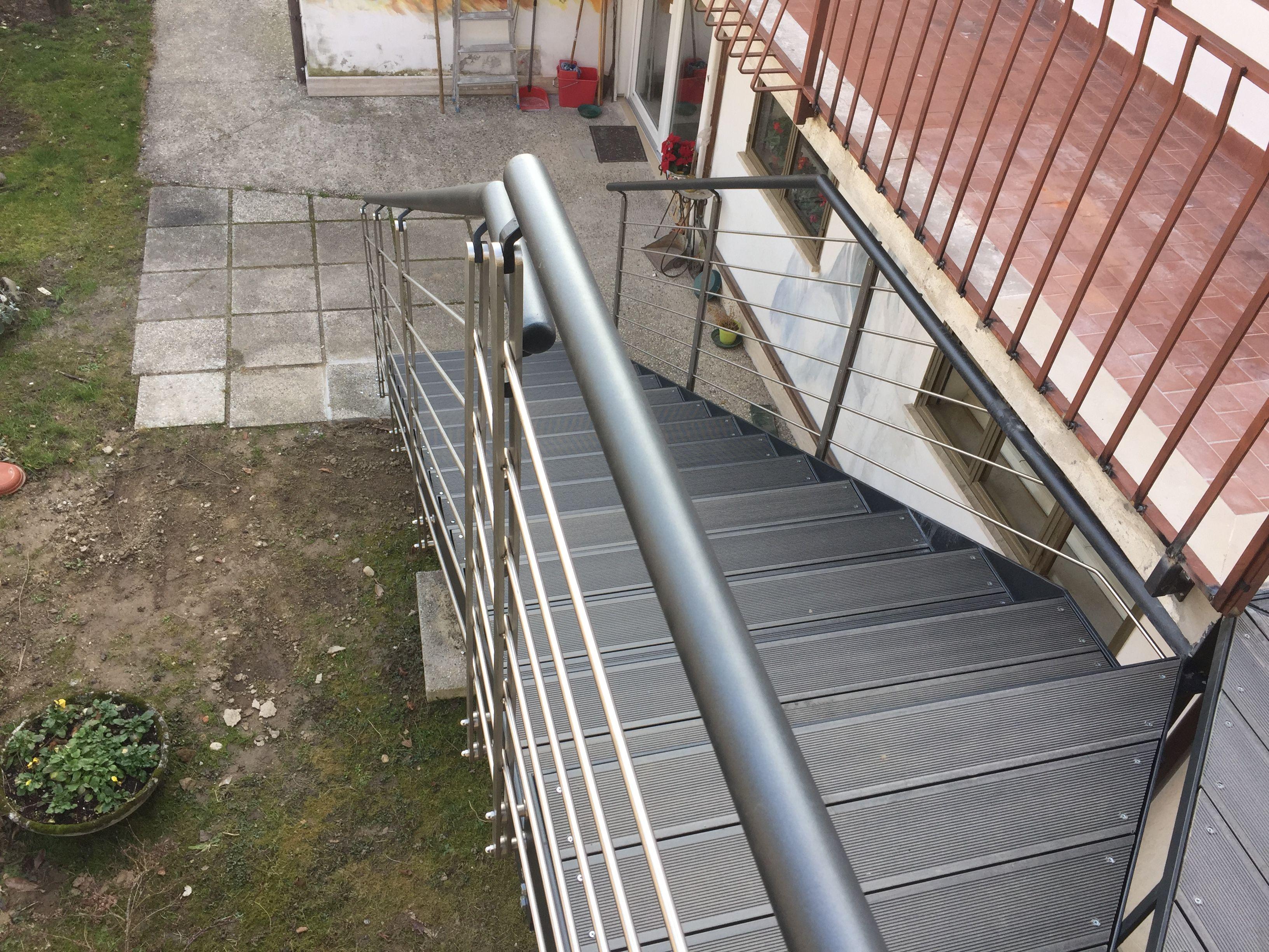 Scala in ferro da esterno in stile moderno con parapetti in acciaio inox scalini in deck pvc - Scale di ferro ...