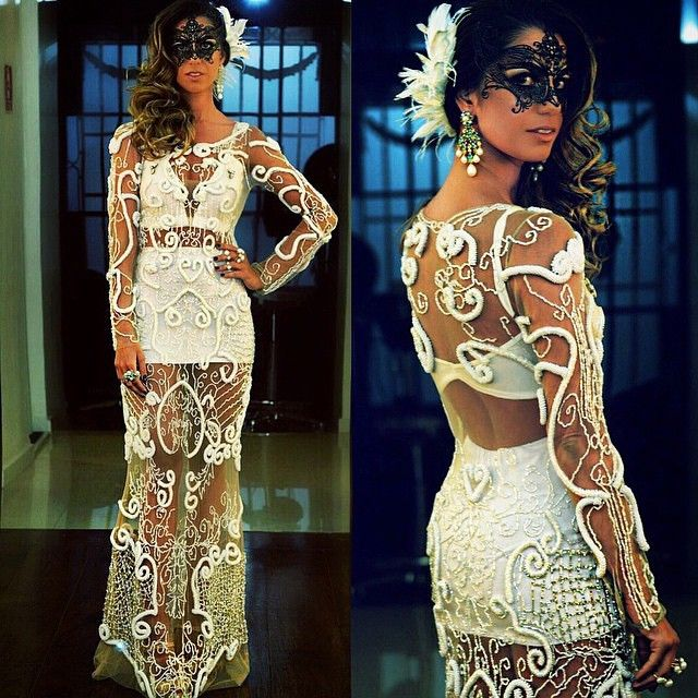 Lindo vestido @fabianamilazzo que a elegantíssima @nicolepinheiro usou no baile da Vogue ✨ {Credits: @aderbalfreire} #fgalleryfashion