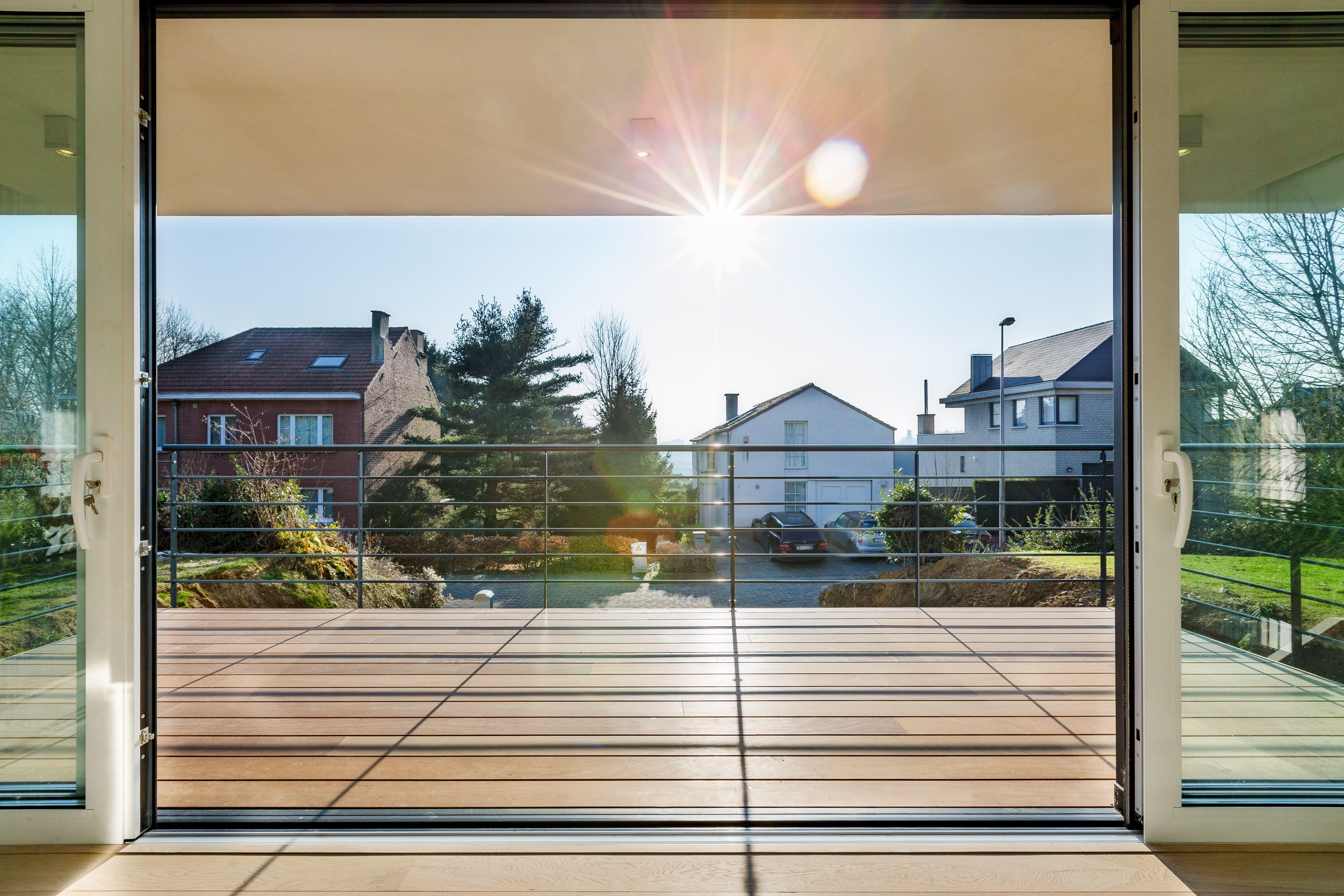 Baie vitrée  double ouvrant sur terrasse suspendue