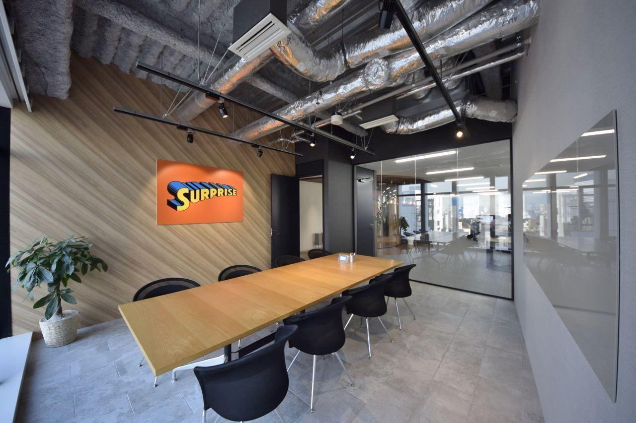 オフィスデザイン実績 Rガラスの美しい曲線 木目とスケルトン天井の開放オフィス オフィスデザイン インテリア