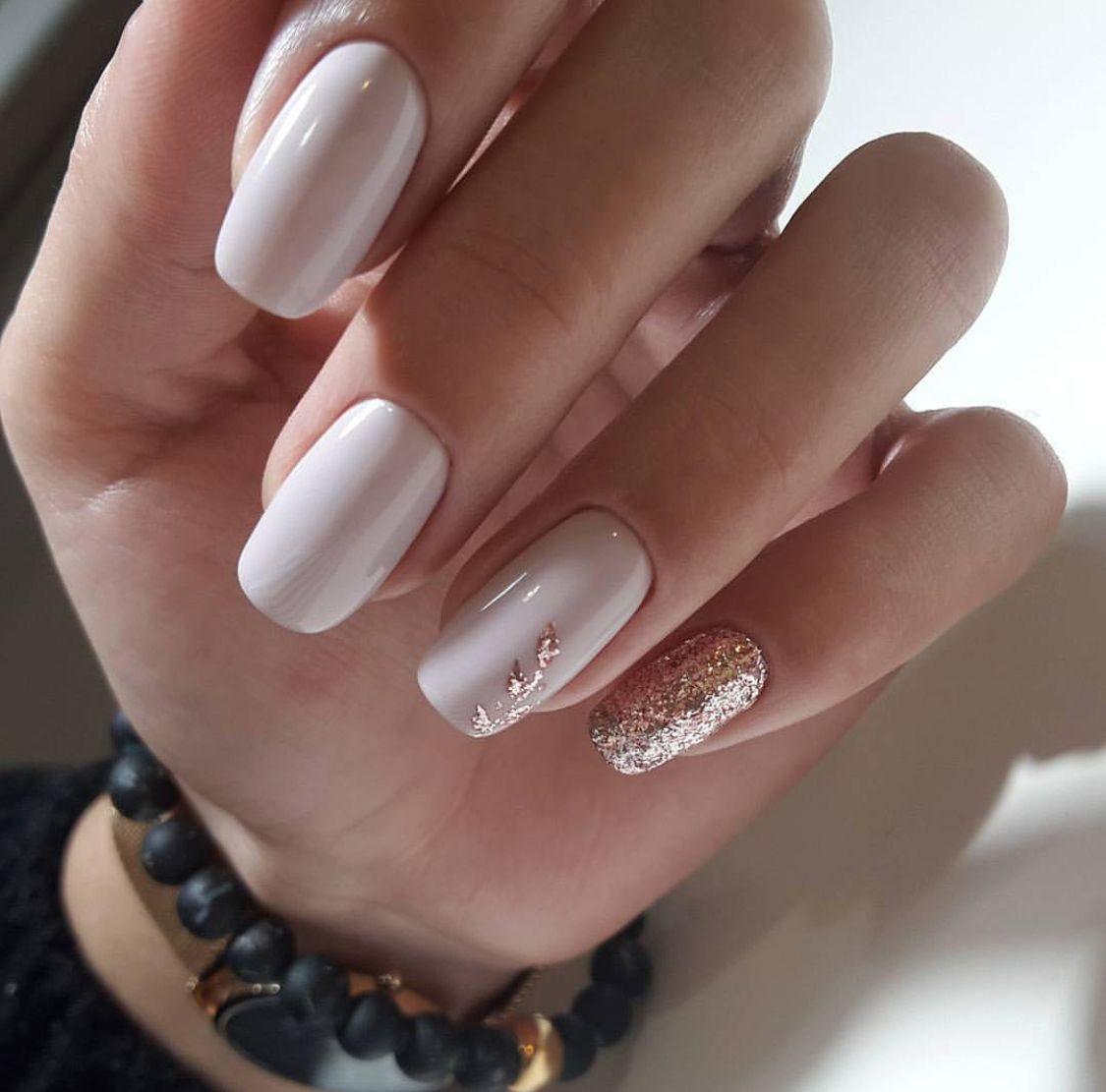 Gold design on nail is so cute. #gelnails #glitternails