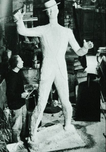 Photo of the French artist Charles Kiffer (Paris 1902-1992) in his studio