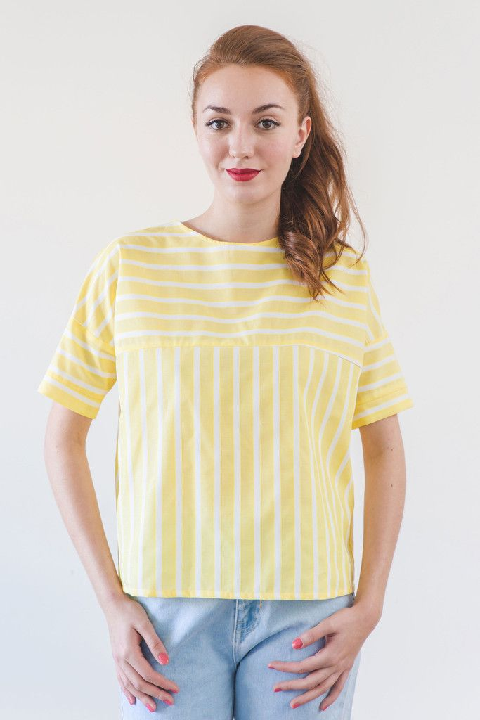 e49b2f1ad405d Original blusa de manga corta con diseño a rayas blancas amarillas. Ha sido  confeccionada