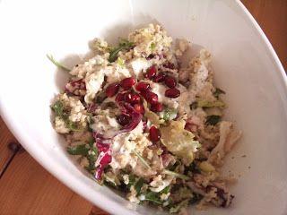 Leas Abendessen sieht total nach Sommer aus! Couscoussalat mit Joghurtsoße und Granatapfelkernen. http://leaswoorld.blogspot.de/2013/03/ein-neuer-mittwoch.html