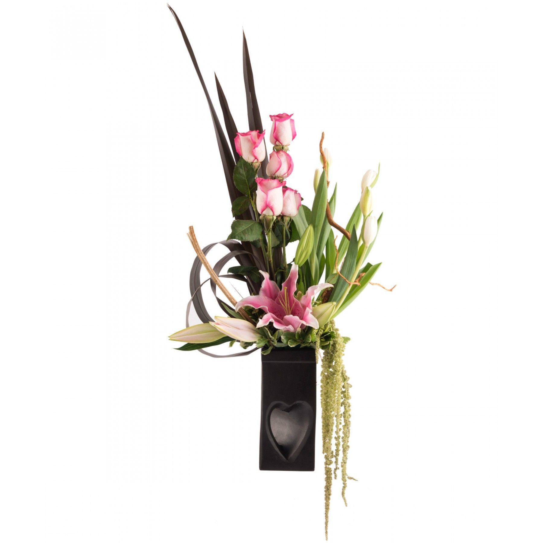 Florero elaborado en cerámica color chocolate de estilo rºstico con dise±o de coraz³n en parte inferior Decorado de Rosas rosas flores Acapulco y Tulipán