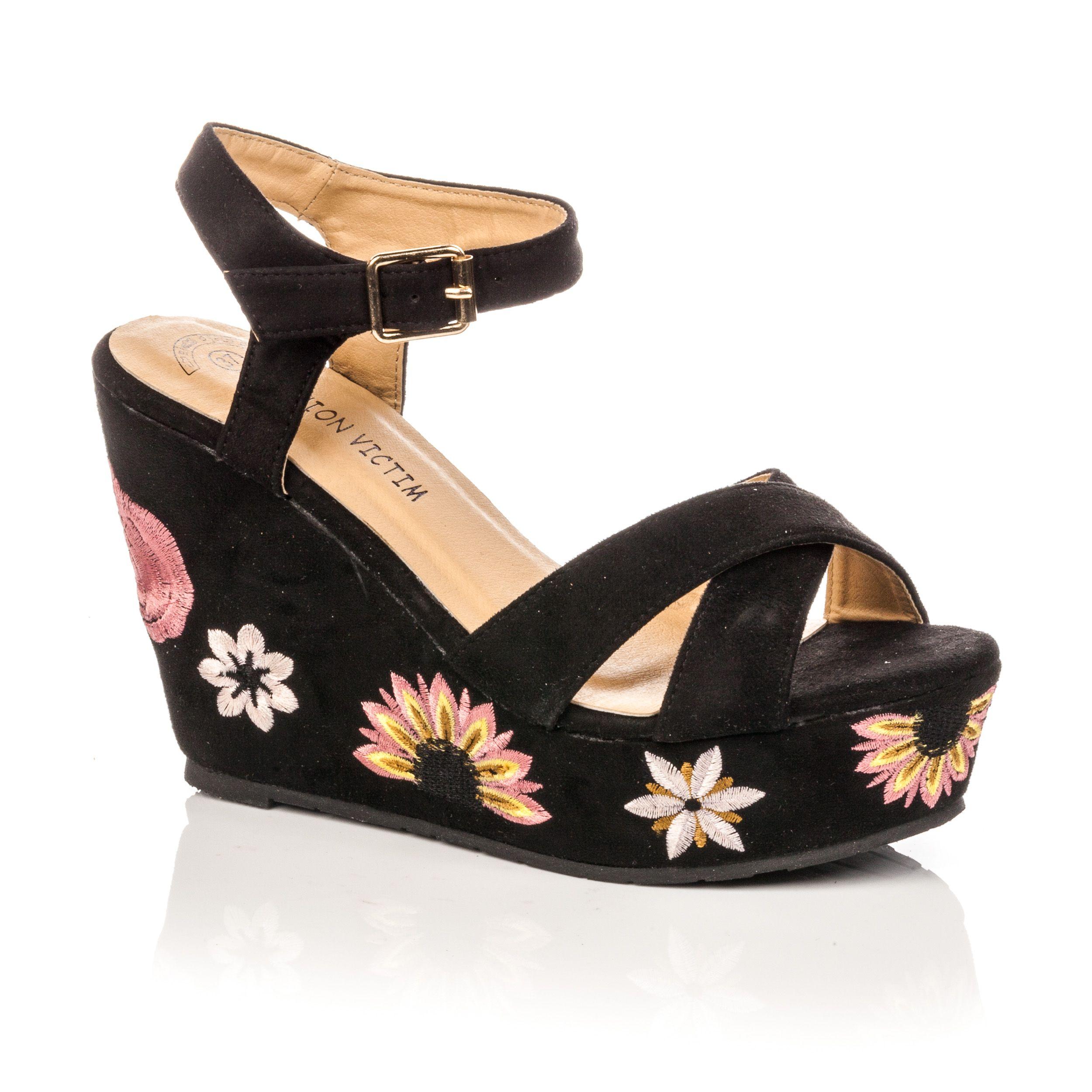Les sandales compensées : incontournables pour un look