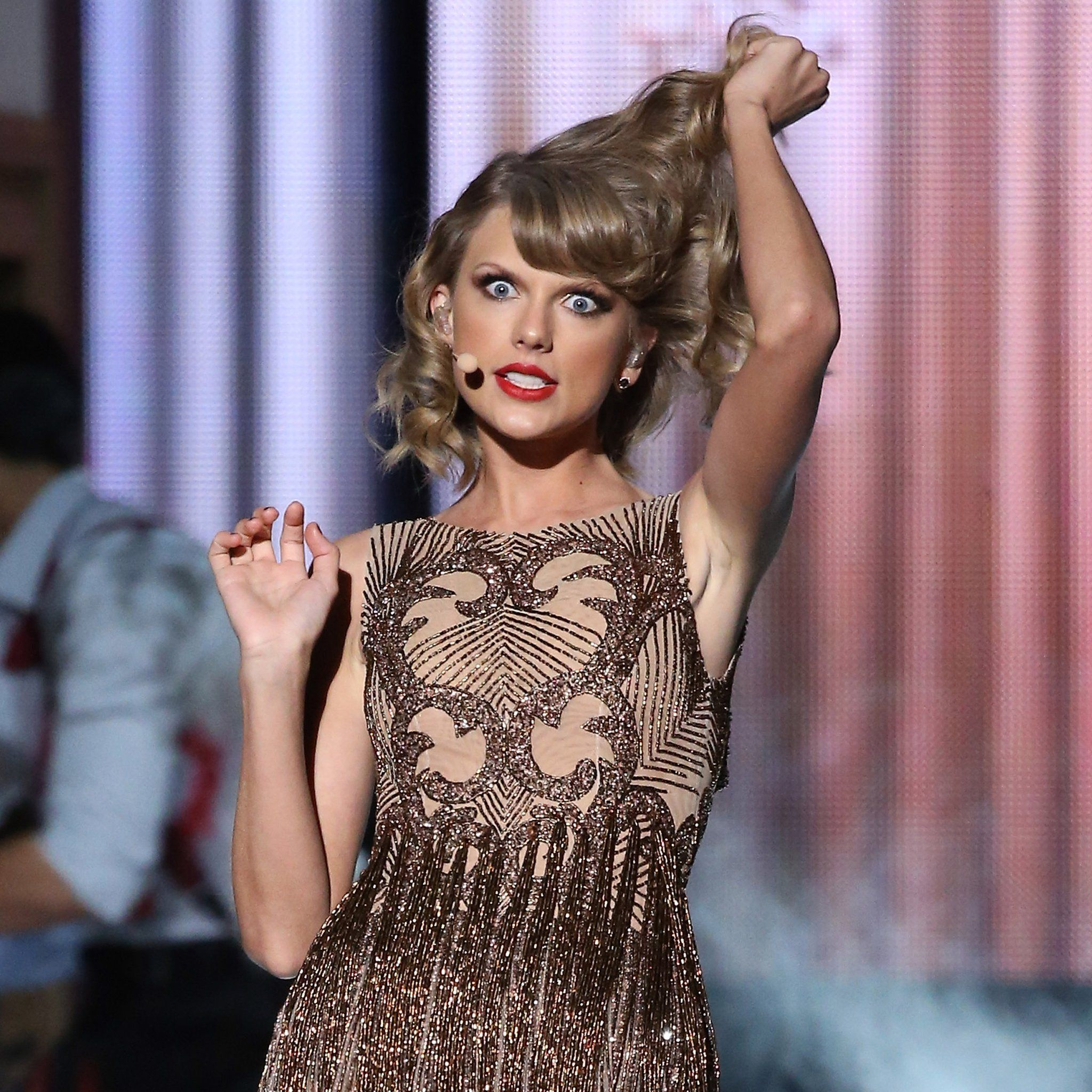 Taylor-Swift-kicked-off-night-first-live-performance.jpg (2048×2048)
