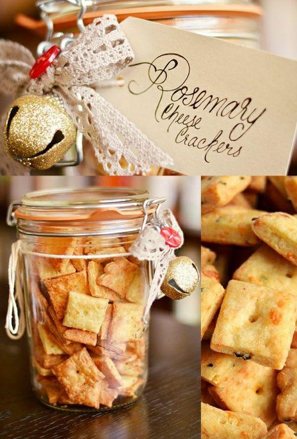gläser mit crackers dekoriert mit goldenen glocken und bänder