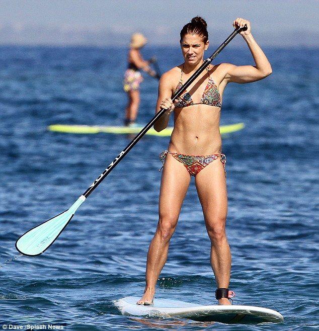 Team Usa Soccer Champ Alex Morgan Displays Her Gold Medal Bikini Body In Hawaii Alex Morgan Alex Morgan Body Usa Soccer