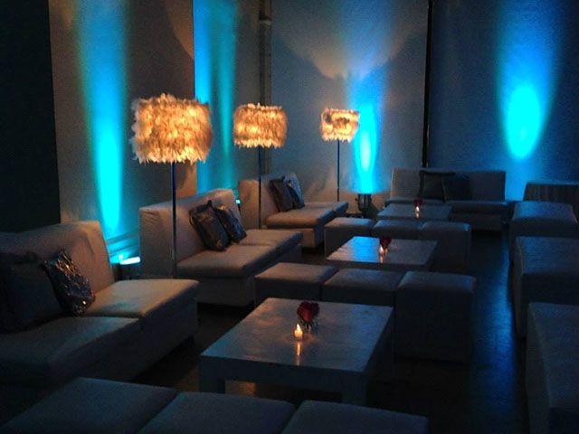 decoracin con efectos de iluminacin en hotel cottage para fiesta de aos