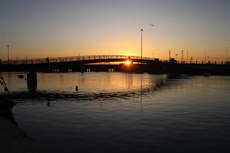 el puente peatonal que cruza el rio guadalete