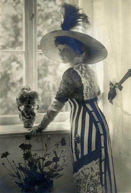 Edwardian Fashion, totally wish that I could go back in time to live in that era so that I can get to wear these dresses