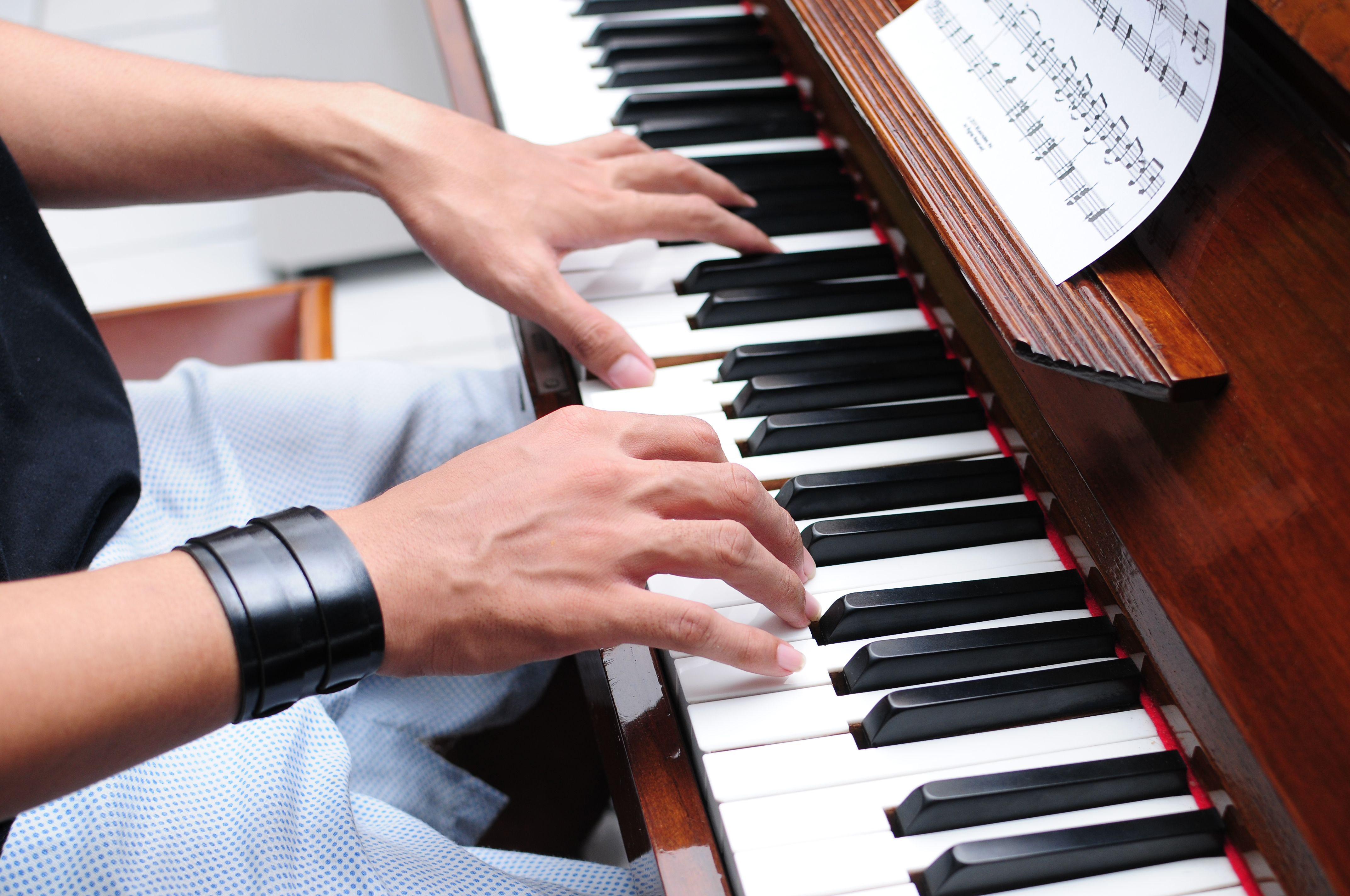 How to learn piano Piano Lesson Source has tons of information and online piano lessons so that you can learn how to play piano. http://pianolessonsource.com/