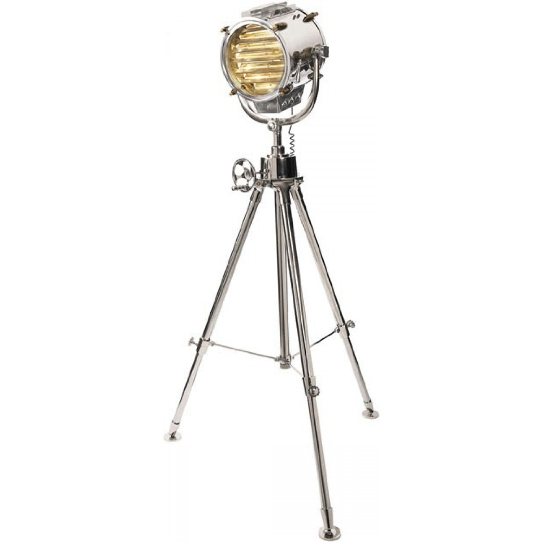 Va prezentam un proiector cu totul special, deoarece este o reproducere dupa cele folosite in anii '30. Lampa propriu-zisa este asezata pe un trepied din aluminiu masiv, iar imbinarile si anumite componenete sunt din alama bruta.  Lampa prezinta pe suprafata superioara cateva fante ajustabile pentru reglarea luminii, deasemeni o rotita dintata permite ajustarea inaltimii lampii. Dimensiuni: 100 x 100 x 195 cm, greutate: aprox 11 kg