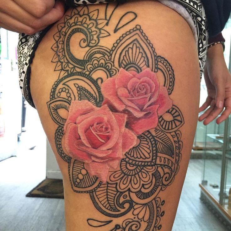 Tatuagem na coxa rosas coloridas