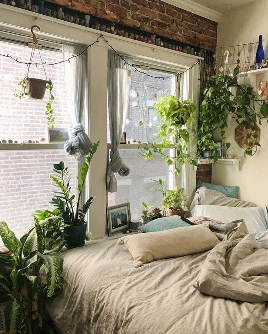 Small Bedroom Setup: An Urban Jungle Setup In This Small Boston Apartment. What