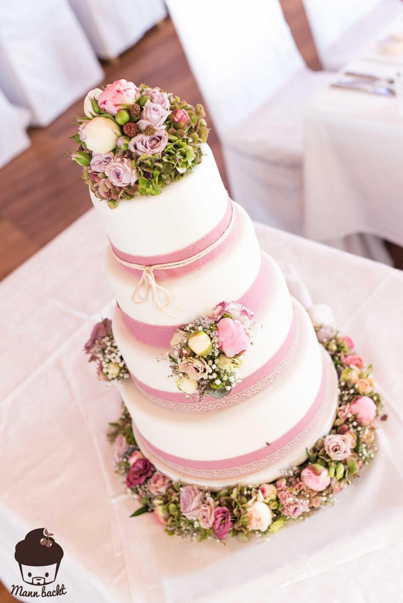 vintage wedding cake im blumenmeer hochzeit pinterest mann backt hochzeitstorten und vintage. Black Bedroom Furniture Sets. Home Design Ideas