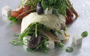 Omeletrulle med østershatte, kryddersalat og tomatchutney Smagfuld forret som kan serveres med groft brød. Kan nydes både lun eller afkølet.