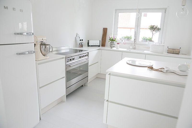 Weiße Küche * Küche ohne Griffe * Smeg Kühlschrank * Weißer Smeg ...