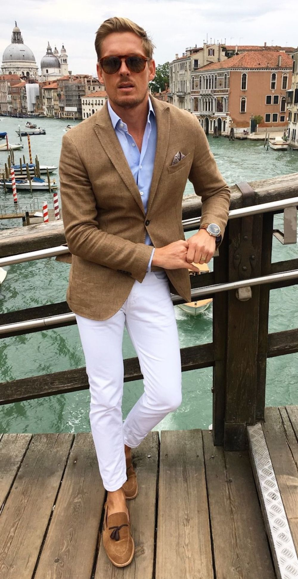 modernes outfit mann mit braunem blazer hellblauem hemd und weißer chino  hose kombinieren herren   Street-styles für herren, Herren sommerstil,  Lässige herrenmode
