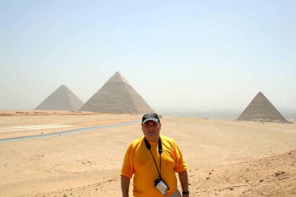 La Gran Pirámide de Guiza es La más antigua de las Siete Maravillas del Mundo y La única que aun perdura. Fué ordenada construir por El Faraón de la Cuarta Dinastía del Antiguo Egipto Keops